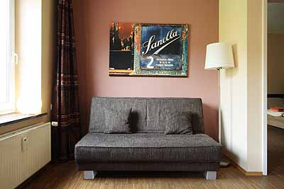 appartement lounge schlafcouch lampe