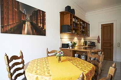 doppelzimmer hansa1 hansaplatz esstisch kueche schraenke