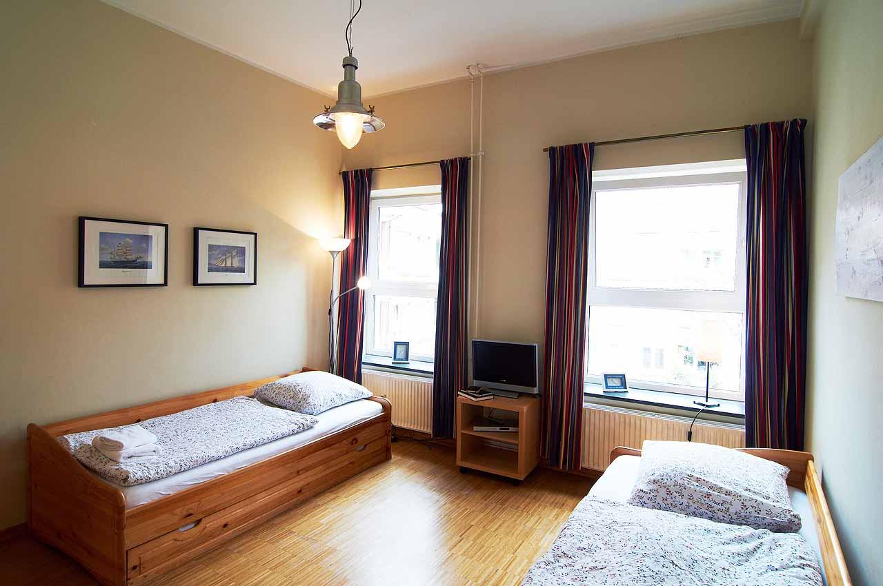 appartement koje einzelbetten fernseher helles zimmer